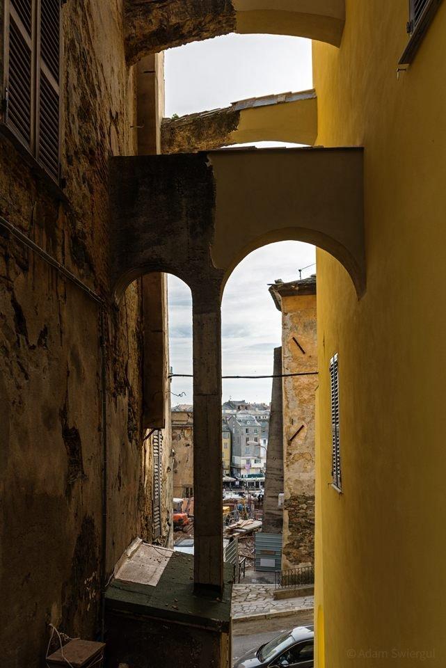 Kolumna i łuki kamienic, Bastia