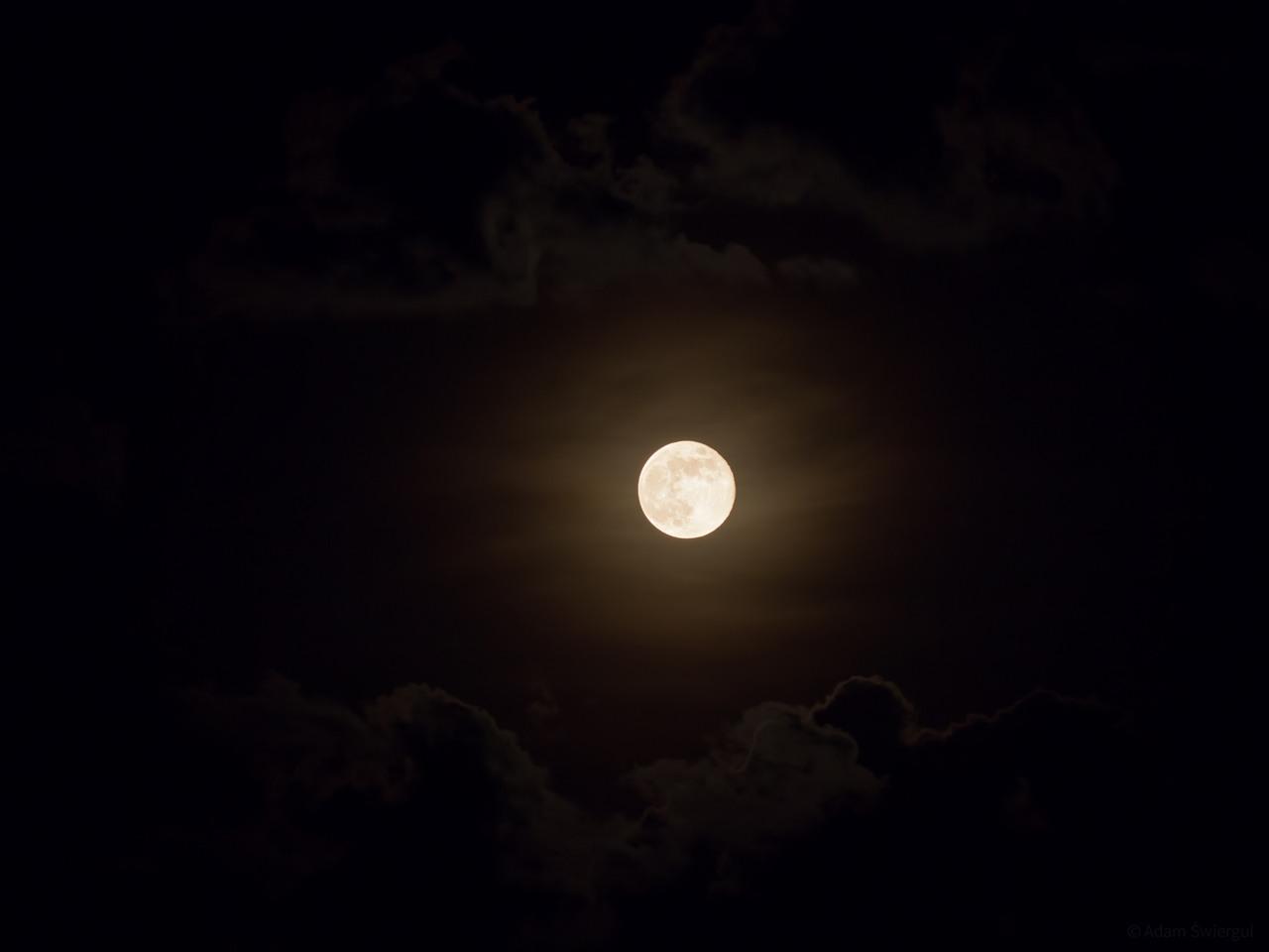Księżyc w chmurach