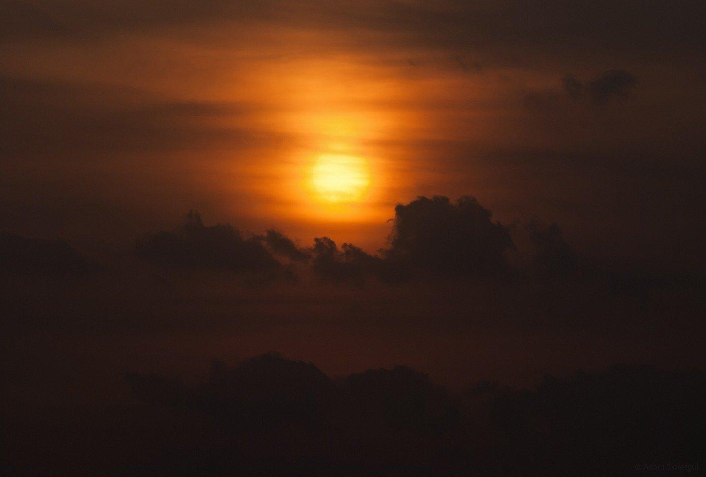 Słońce za pyłem