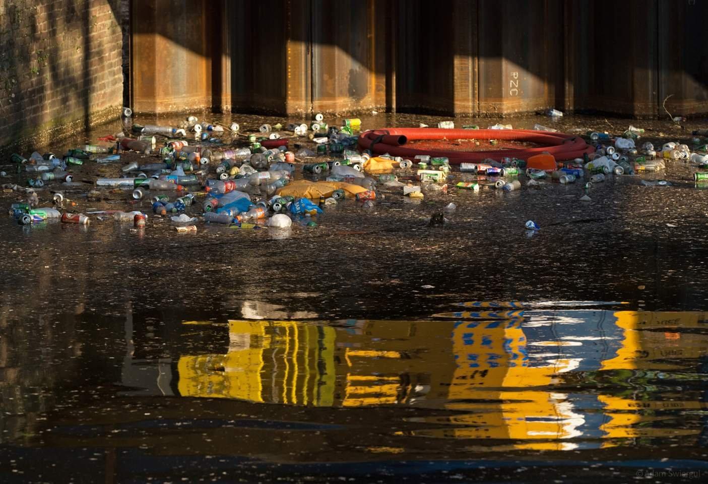 Śmieci w kanale, Amsterdam